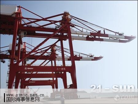 钢结构,装备了目前世界上最先进的岸桥大车行走机构